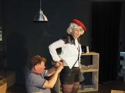Der Tonmeister kümmert sich um Petras  Mikrofon