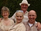 Das Ensemble mit Regisseur und Autorin